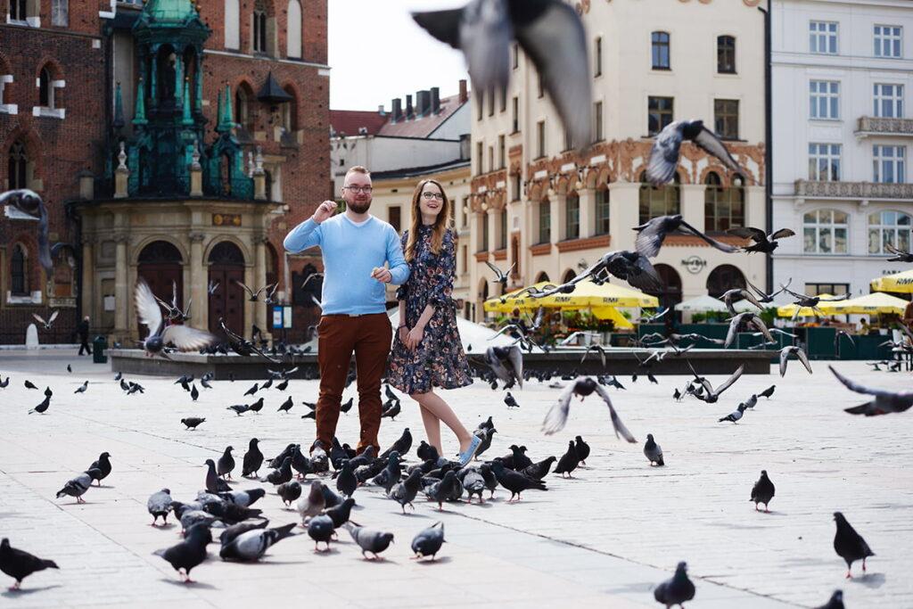 sesja narzeczeńska pary na rynku w krakowie