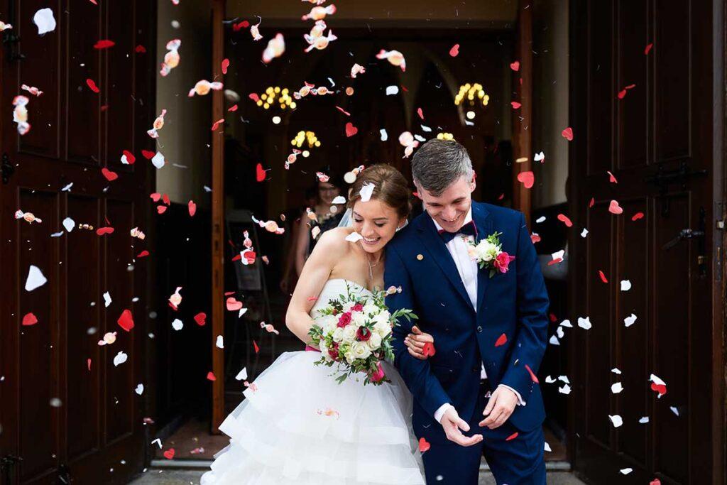 kolorowe konfetti po ceremonii ślubu