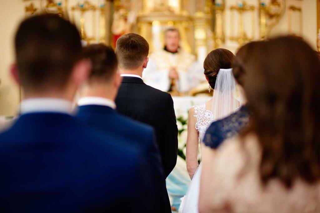 ceremonia ślubna i szpaler druhen