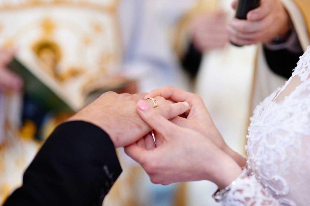 obrączka ślubna na palcu pana młodego