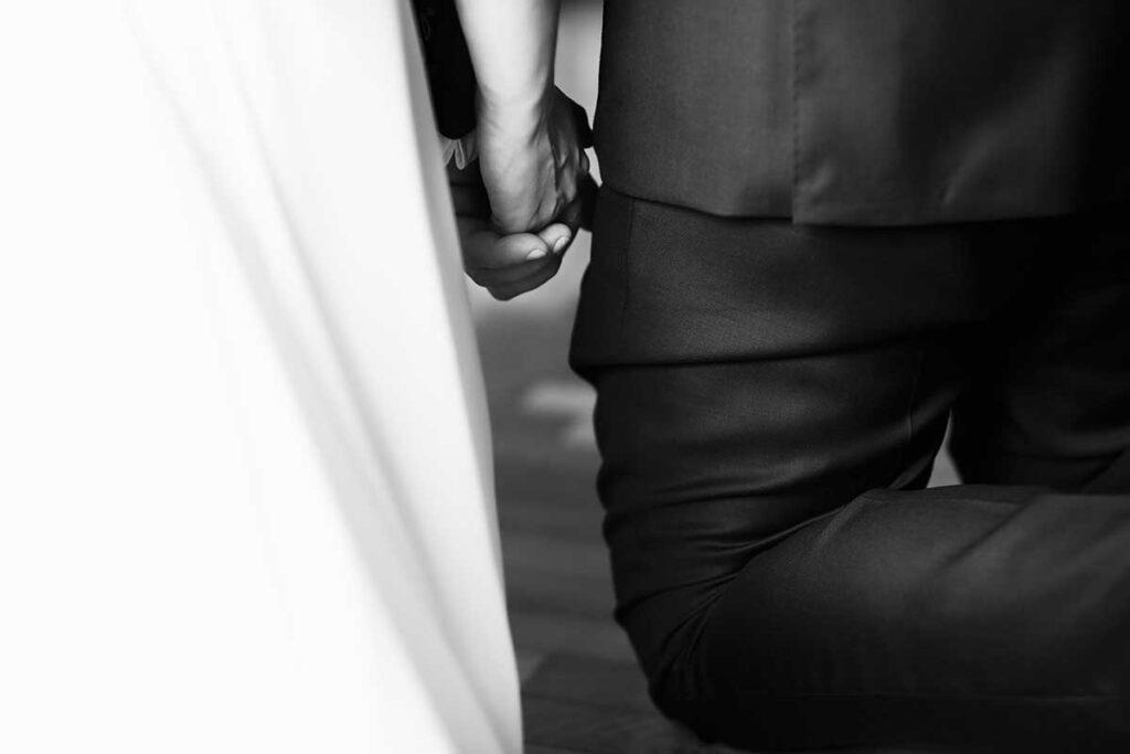 splecione dłonie podczas ślubu