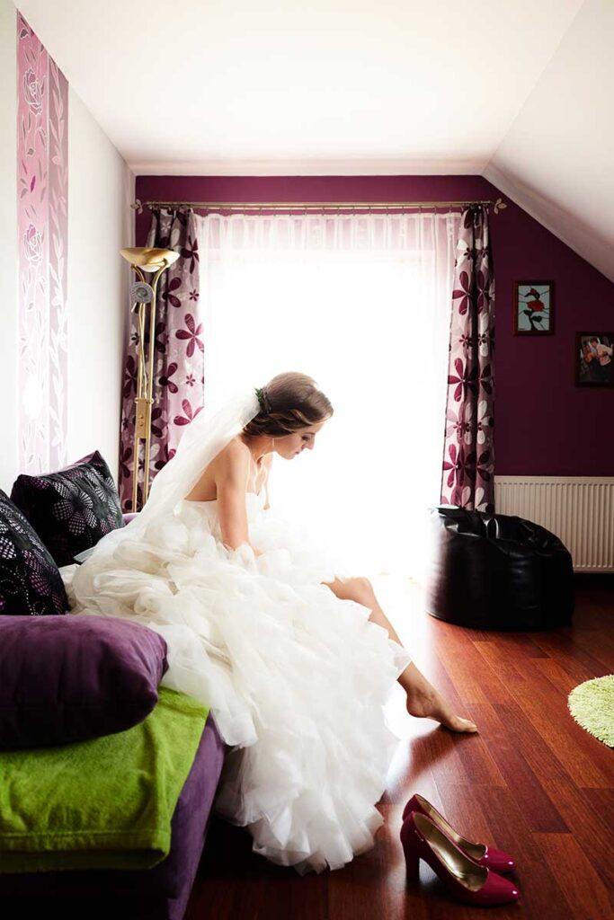 panna młoda ubiera suknię na ślub