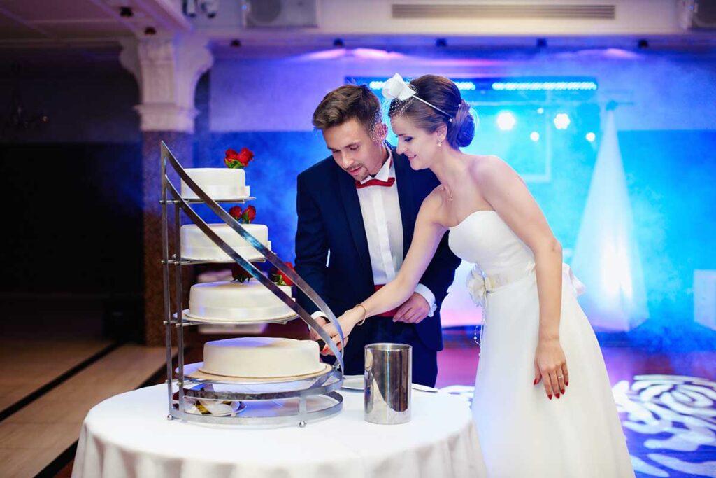 krojenie weselnego torta