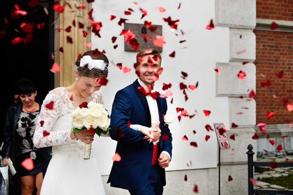 czerwone konfetti po ślubie w krakowie