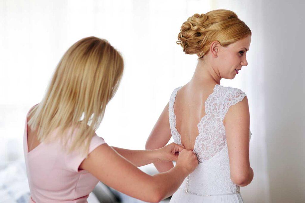 zapinanie sukni panny młodej