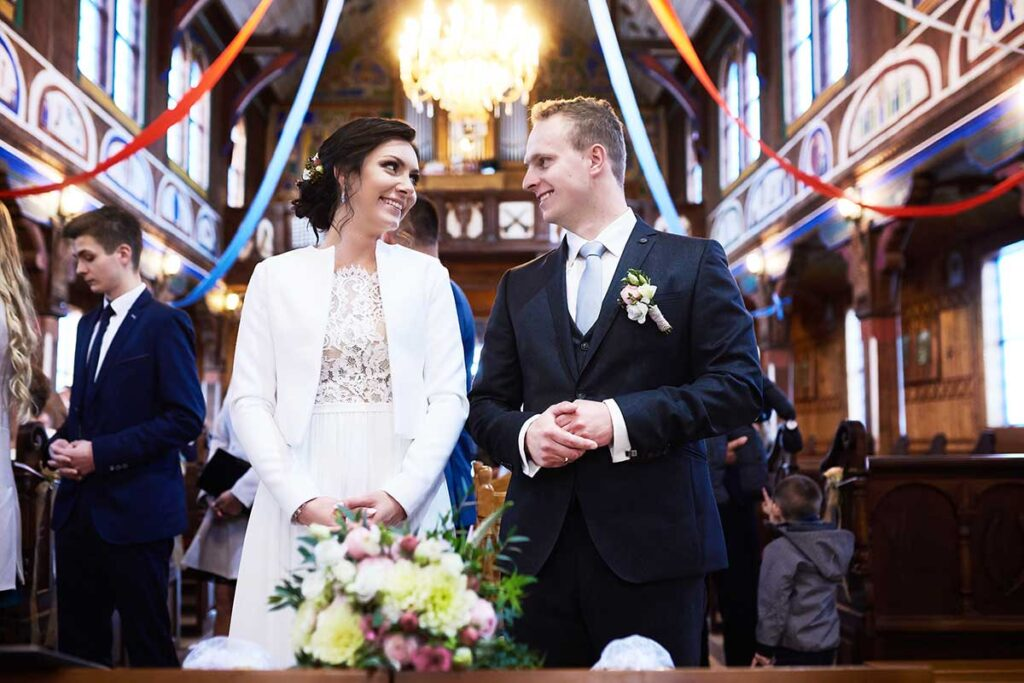 zadowoleni nowożeńcy już po przysiędze małżeńskiej