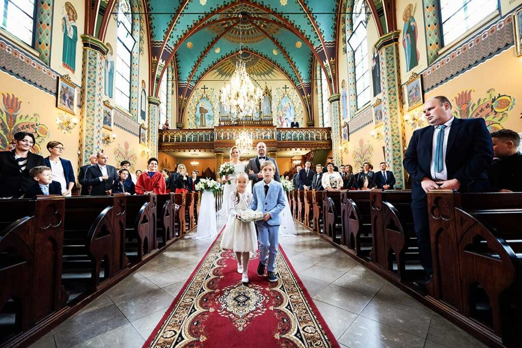 wejście do kościoła z dziećmi