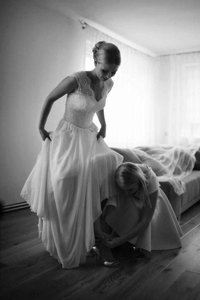 Panna Młoda zakłada buty na ślub