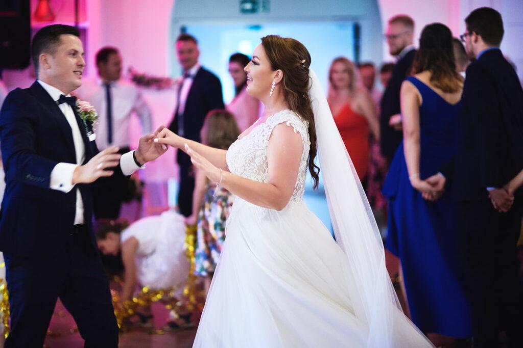 piękna para młoda podczas zabawy weselnej
