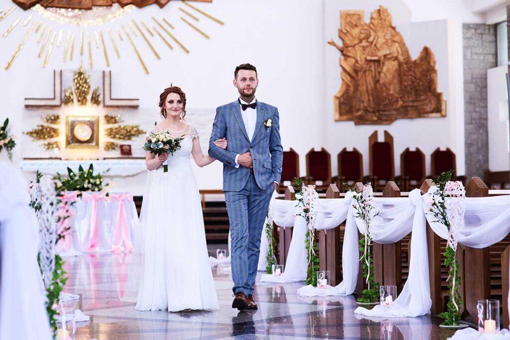uśmiechnięta para młoda po swoim ślubie w przyszowej
