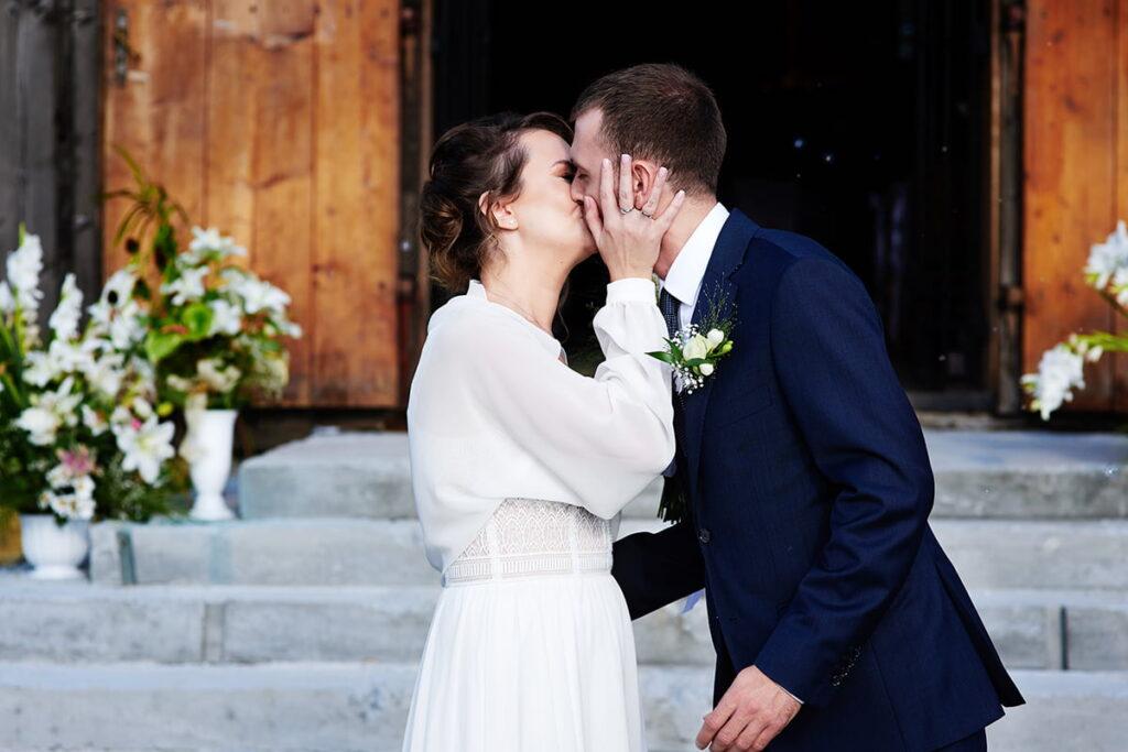 Całuś po ceremonii ślubnej w zabytkowym kościele