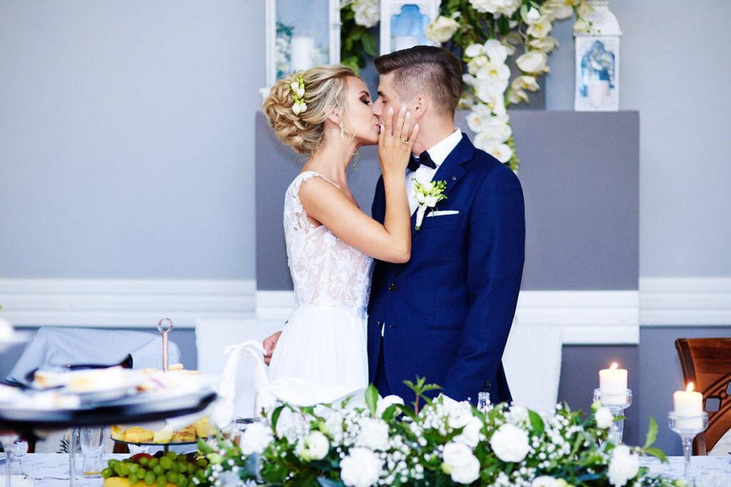Pocałunek Nowożeńców na weselu w stylu boho