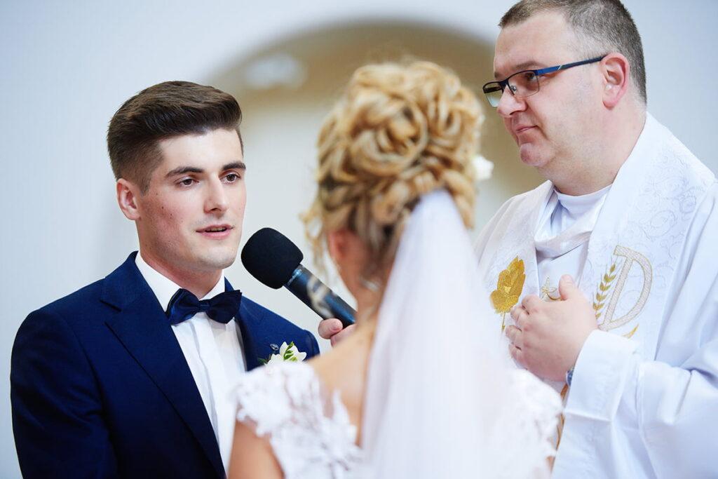 Pan Młody podczas przysięgi małżeńskiej