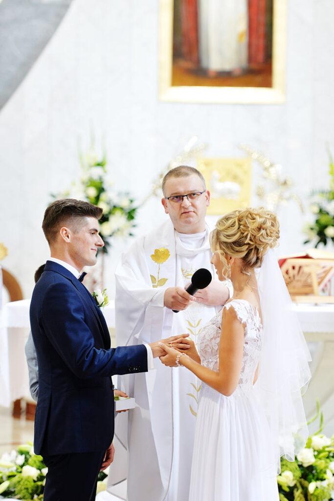 Obrączki ślubne i Para Młoda