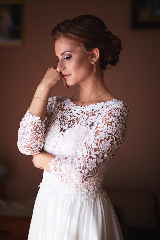 subtelna panna młoda w pięknej sukni