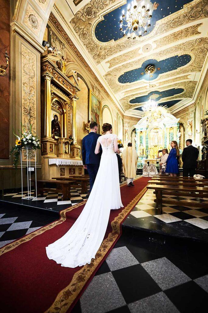 piękny welon ślubny w kościele w wieliczce