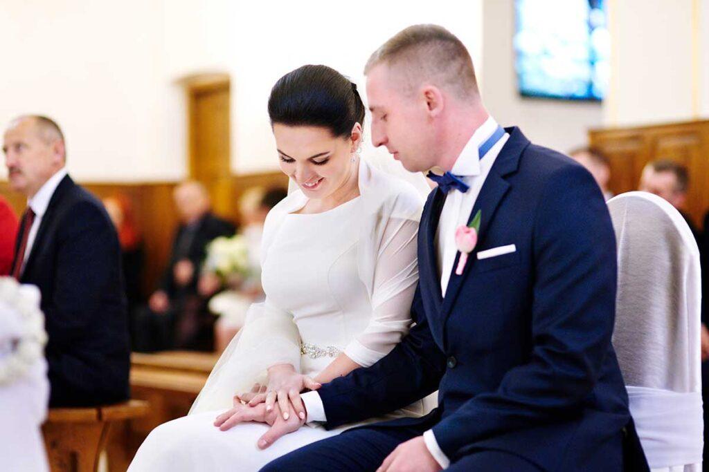 obrączki ślubne i wielka radość nowożeńców