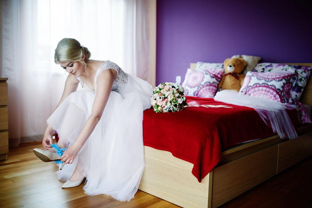 ubieranie podwiązki na ślub