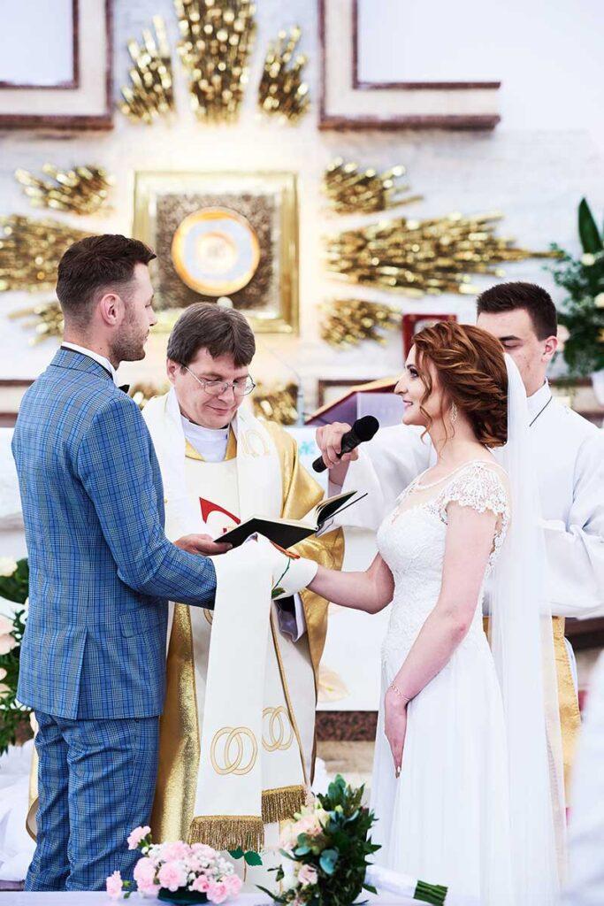 para młoda podczas przysięgi małżeńskiej