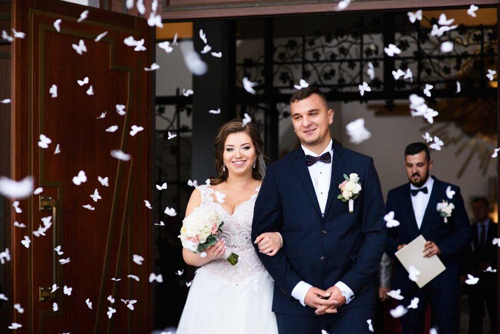 konfetti po uroczystości ślubu