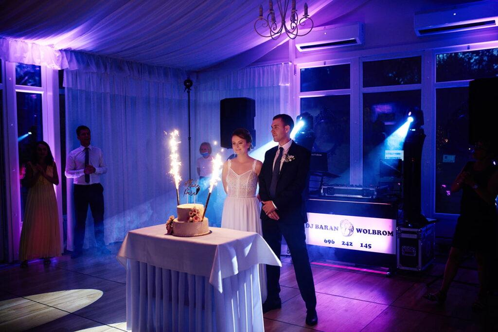 piękny tort ślubny i nastrojowe światło
