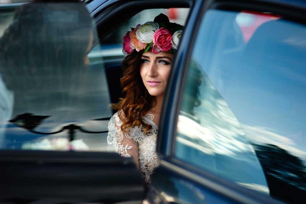 panna młoda w pięknym wianku ślubnym