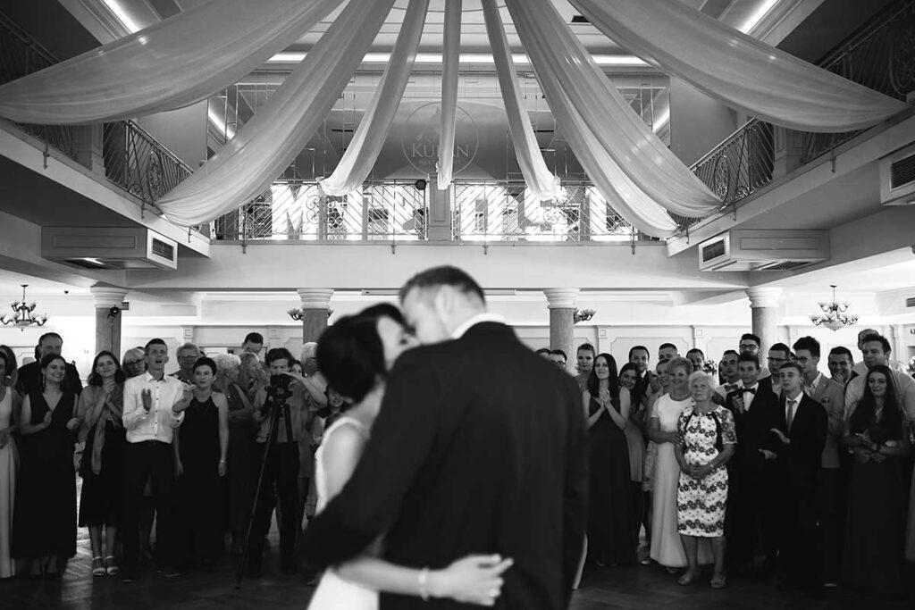 piękny pocałunek na weselu