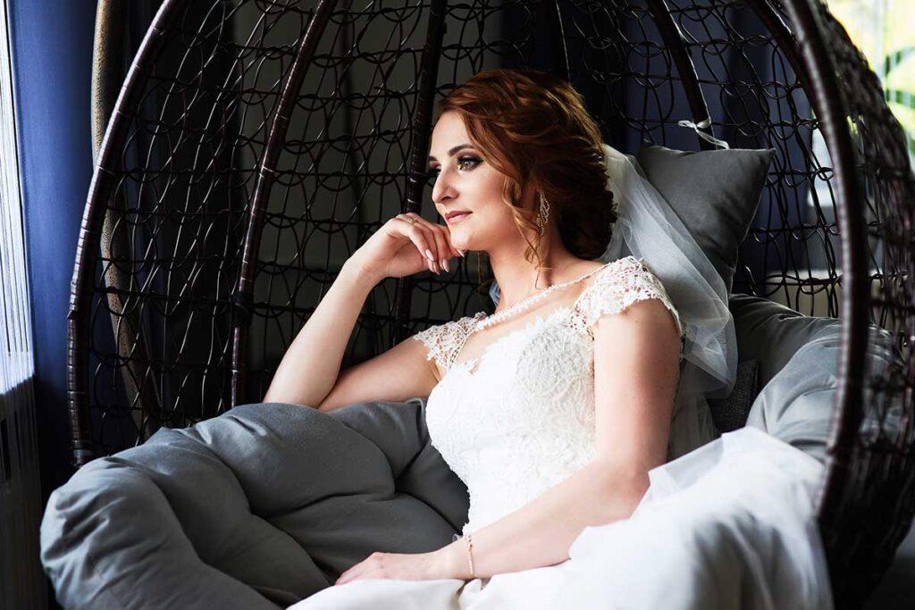 piękna panna młoda czeka na swojego męża