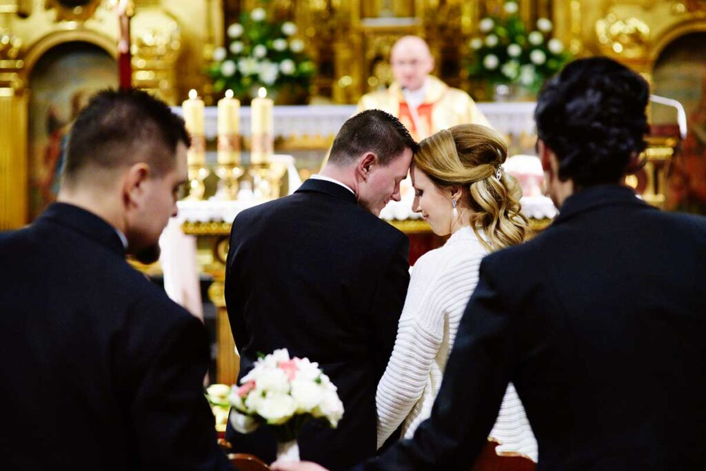 para młoda wzruszona po ślubie