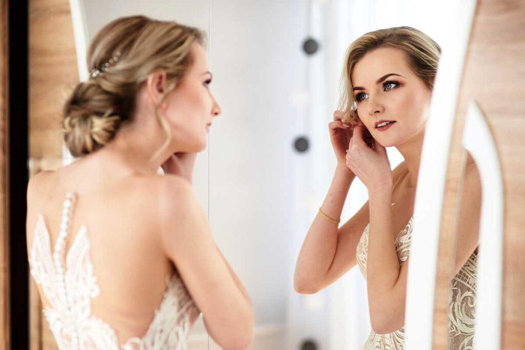 cudowna panna młoda zakłąda ślubną biżuterię