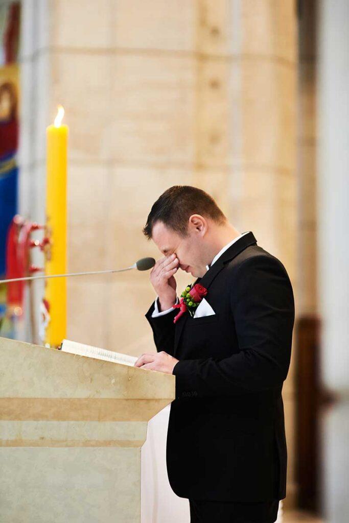 wzruszony pan młody czyta pismo święte