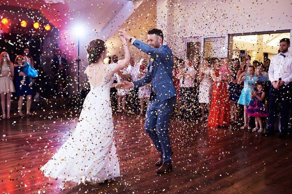deszcz konfetti podczas wesela w nowym sączu
