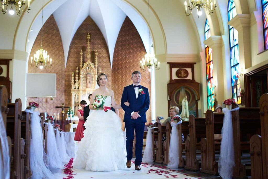 biały dywan na uroczystości ślubnej
