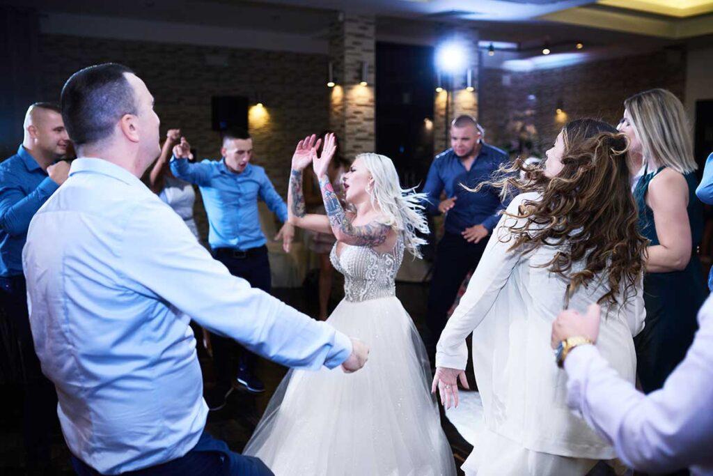 szalony taniec panny młodej z przyjaciółmi