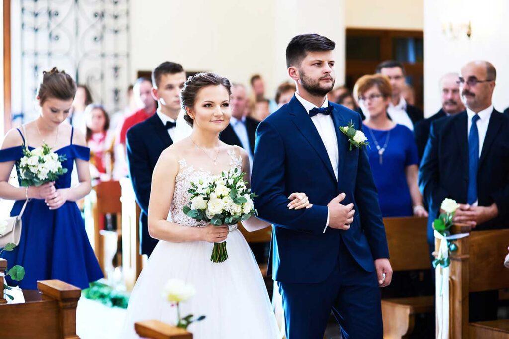 zakochana para wchodzi do kościoła na ślub