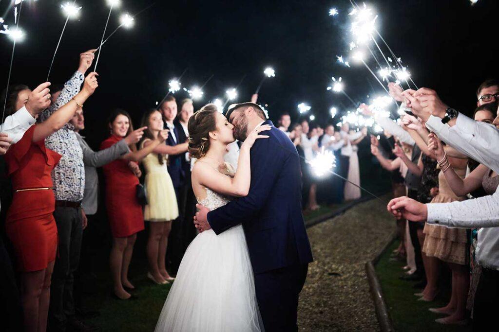 pocałunek i zimne ognie na ślubie
