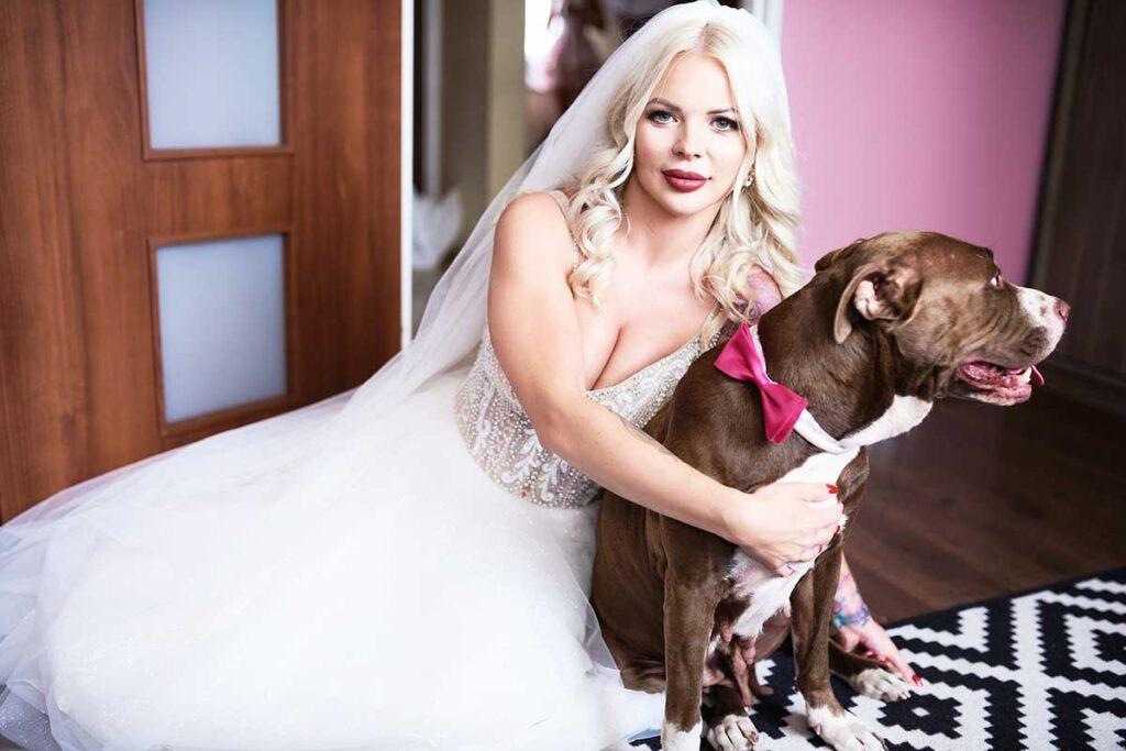 panna młoda ze swoim psem