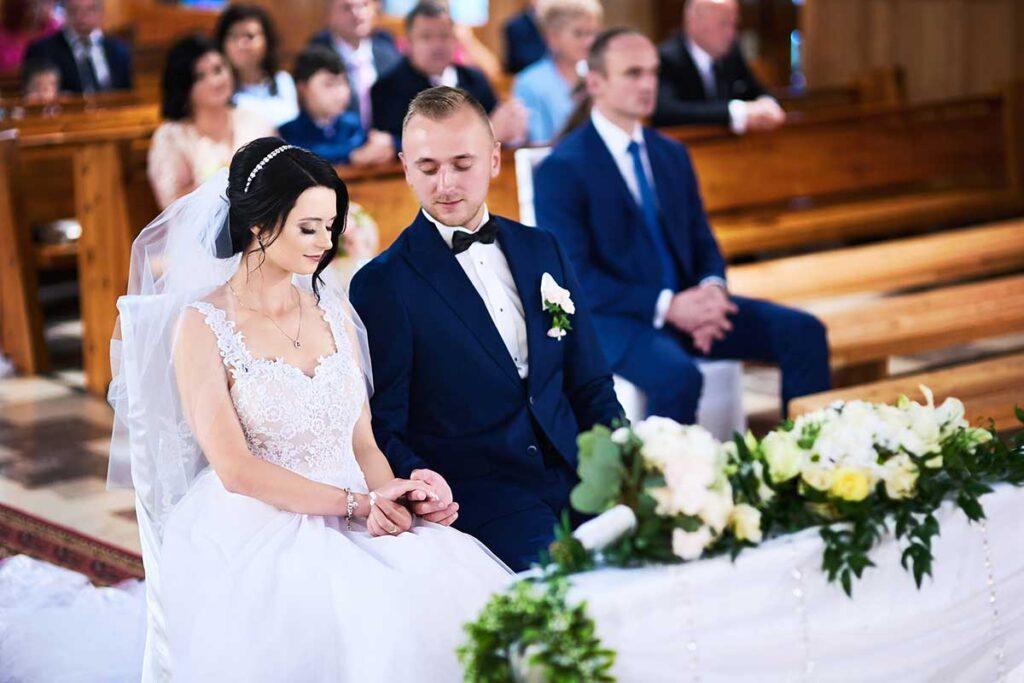 para młoda ogląda obrączki ślubne